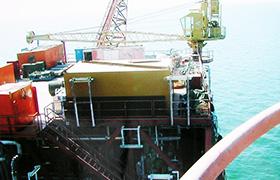 服务人员上石油钻井平台维护产品